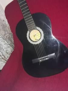 Tizi-ouzou-Loisirs-jeux-je-mets-en-vente-une-guitare-classique-propre-tout